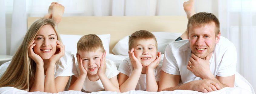 Družina na postelji